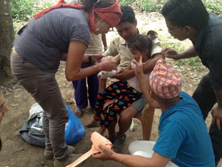 Krankenschwester verarztet ein Mädchen