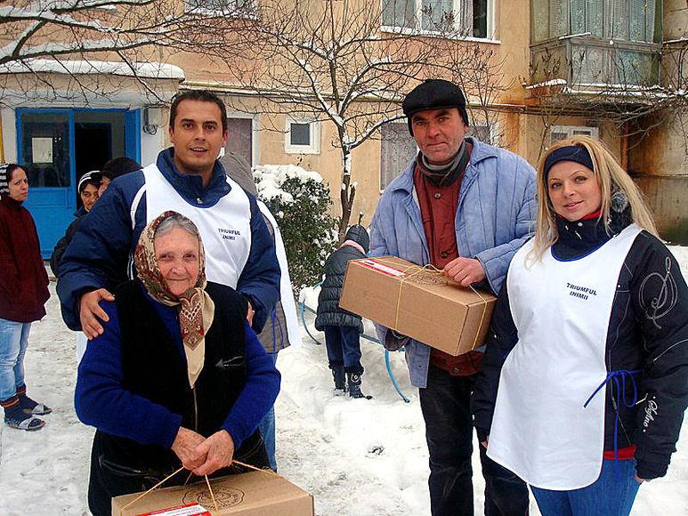 Helfer übergeben älteren Menschen Hilfspakete