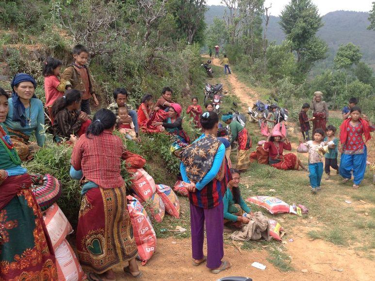 Dorfbewohner und Kinder winken