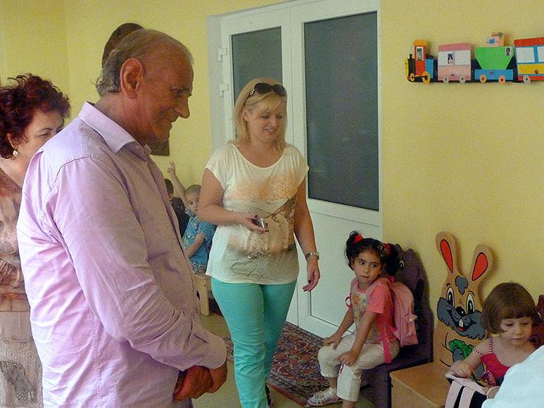 Gheorghe Zamfir begrüsst Kinder