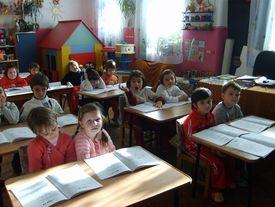 Schulkinder im Klassenraum