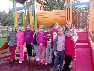 Kinder vor Spielturm