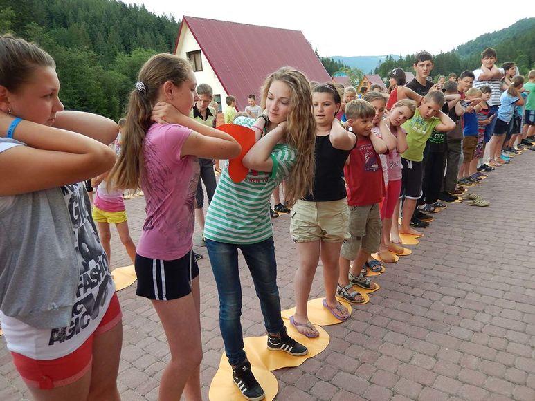 Kinder im Sommerlager beim Spielen