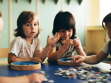 Drei Mädchen beim Spielen