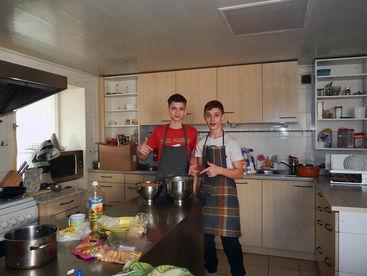 Zwei Knaben bei Kochen