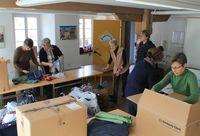 Menschen beim Verpacken von Hilfsgütern