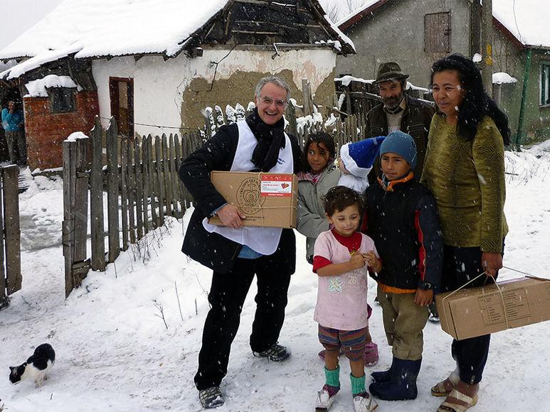 P. Rolf Schönenberger bei der Verteilung von Lebensmittelpaketen