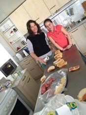 Heimleitern mit Mädchen in der grossen Küche