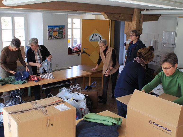 Frauen beim zusammenstellen der Güter