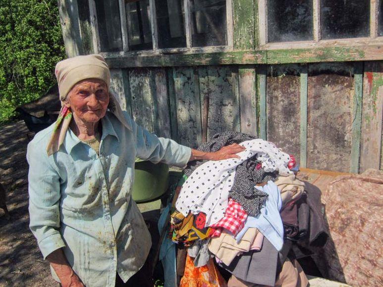 Alte Frau bekommt Kleider