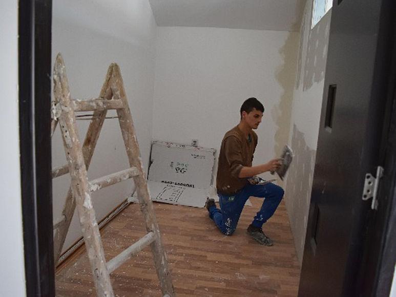 Arbeiter beim Verputzen einer Wand
