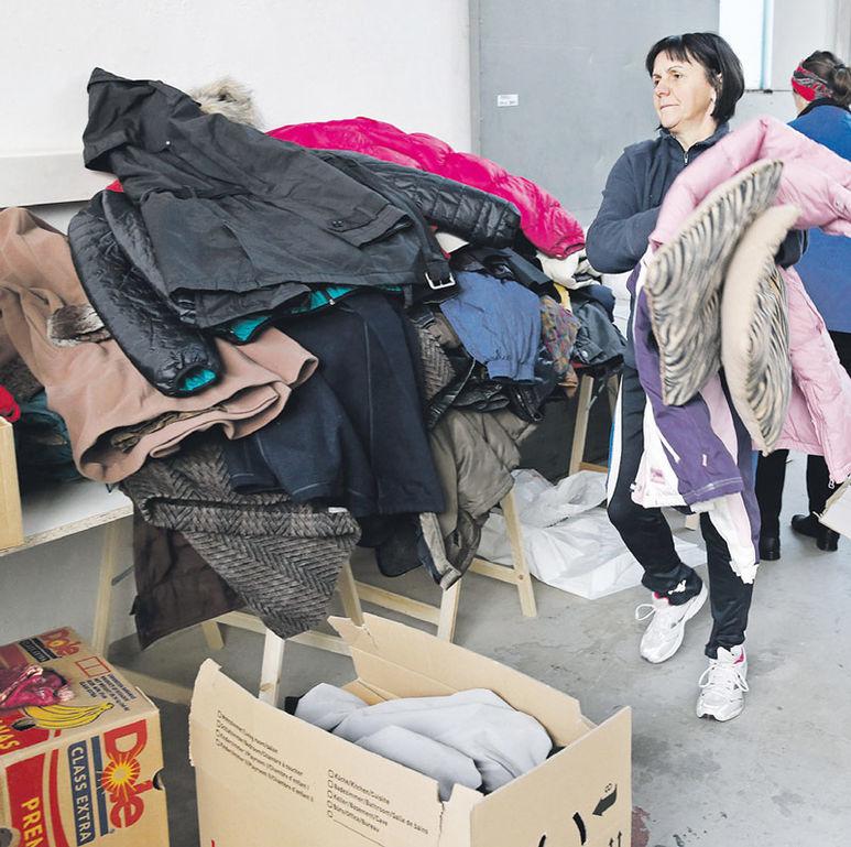 Rosa Tatic beim Sortieren von Kleidungsstücken