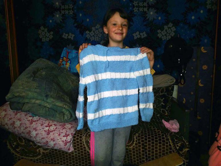 Mädchen mit neuem Pullover