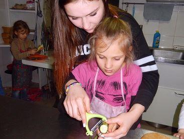 Kind beim Gurken-Schälen