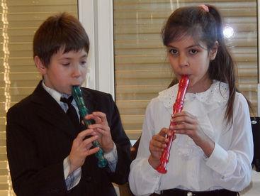 Zwei Kinder spielen Flöte