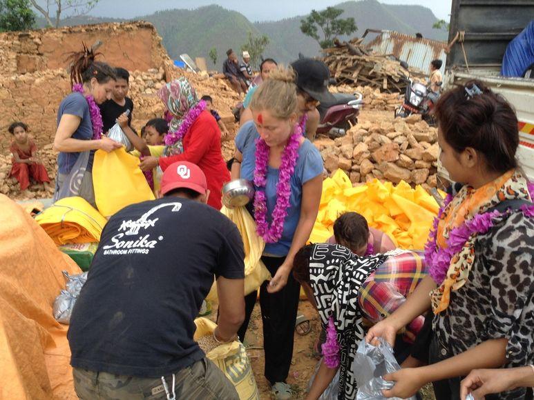 Bewohner empfangen Helfer mit Blumenkränzen