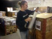 Frau beim Verkleben eines Paketes