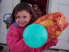Mädchen mit Geschenk und Luftballon