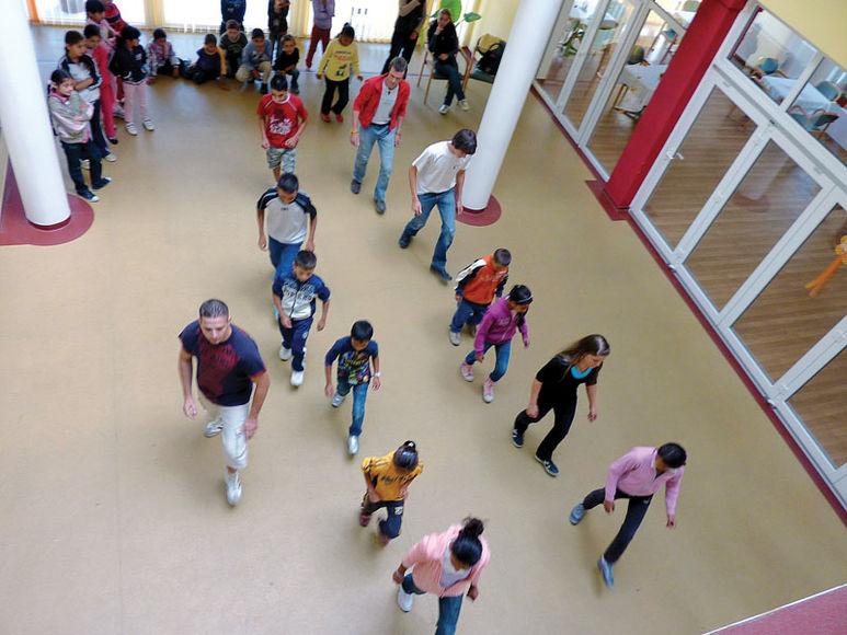 Kinder in der Eingangshalle des Zentrums