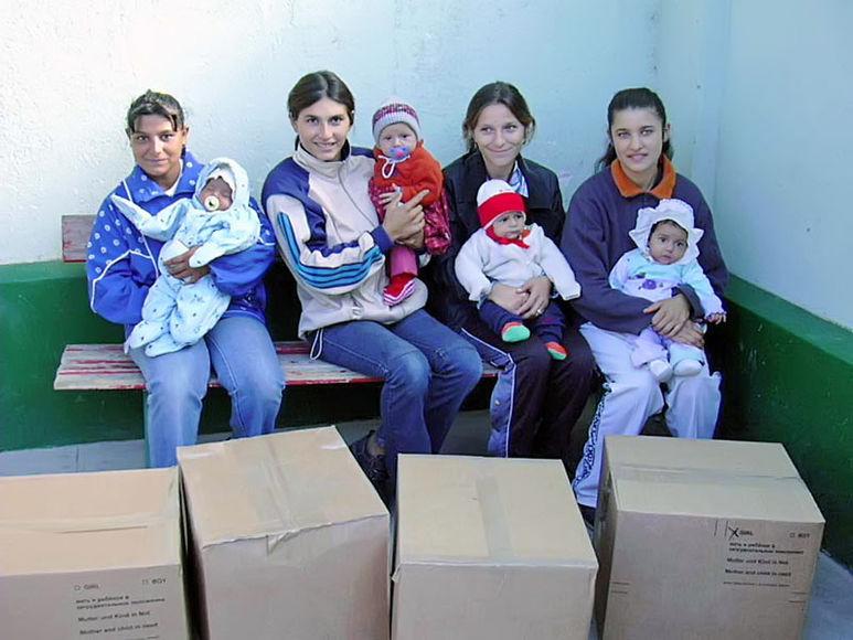Mütter mit Ihren Kindern und Hilfspaketen