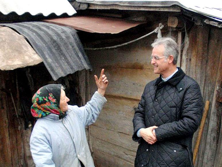 P. Rolf-Philipp Schönenberger im Gespräch mit alter Frau