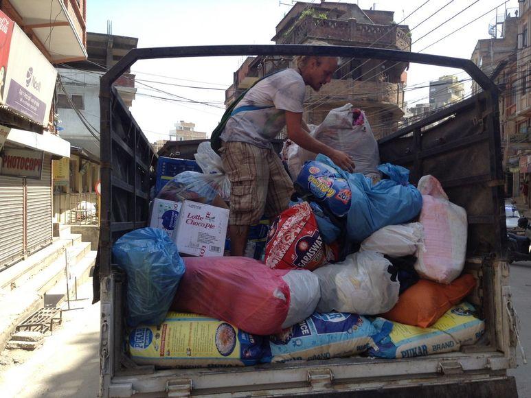 Laster mit ersten Hilfsgütern