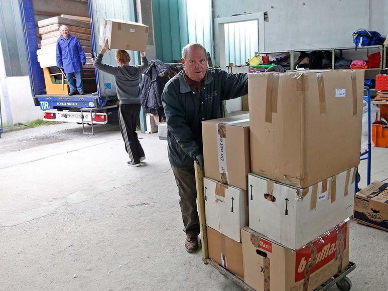 Sattelschlepper wird mit Hilfsgütern beladen