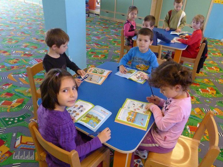 Kinder mit Wettbewerbsbüchlein