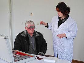 Mann bei einer augenärztlichen Untersuchung