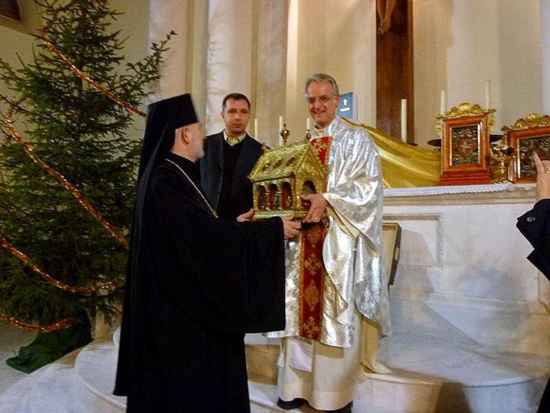 Bischof bei einer Reliquienübergabe