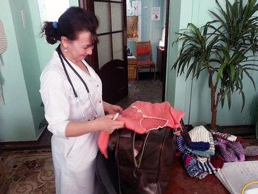 Krankenschwester bekommt Kinderkleider