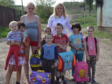 Gruppenbild mit Kinder und ihren neuen Schulsäcken