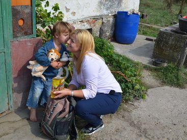 Mutter hält ihr Kind fest im Arm