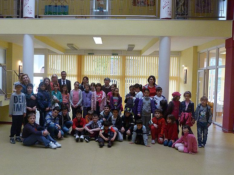 Kinder und Betreuer in der Eingangshalle