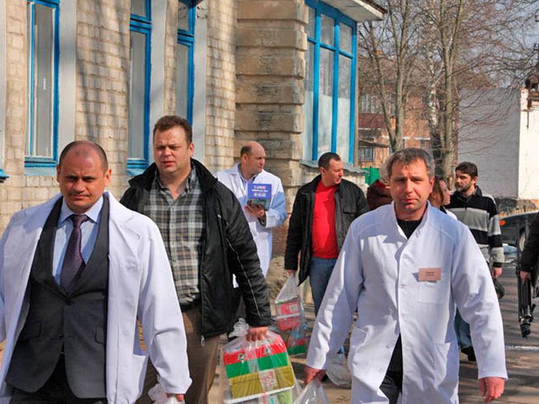 Vitaliy Tyron und weitere Helfer