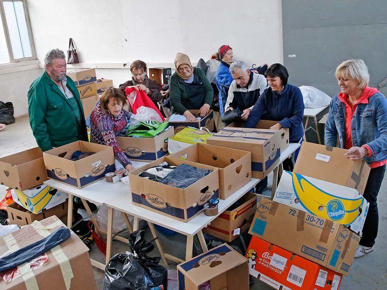 Hilfsgüter werden sortiert und verpackt