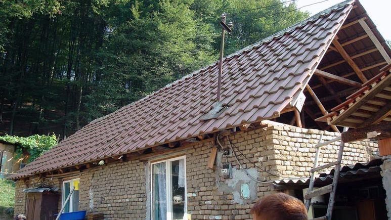 Hausdach mit neuen Ziegeln