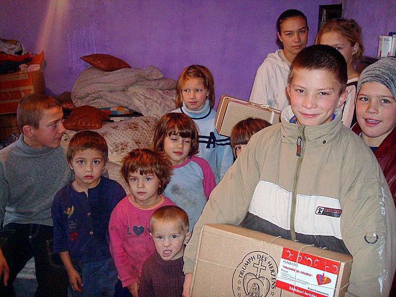 Kinder mit Hilfspaketen
