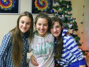 Mascha, Tanzlehrerin aus Donezk (Mitte) mit zwei Mädchen