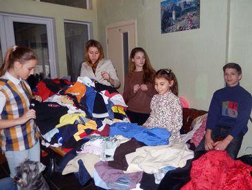 Kinder beim Aussuchen von Kleidern