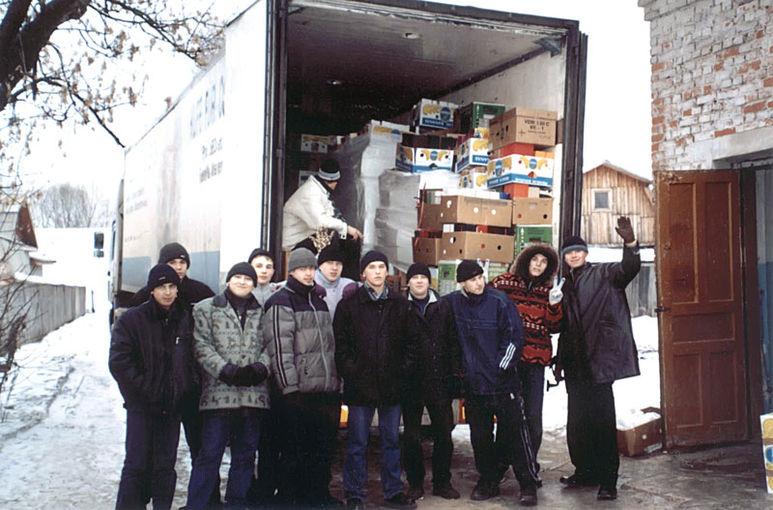 Empfang eines LKW's mit Hilfsgütern