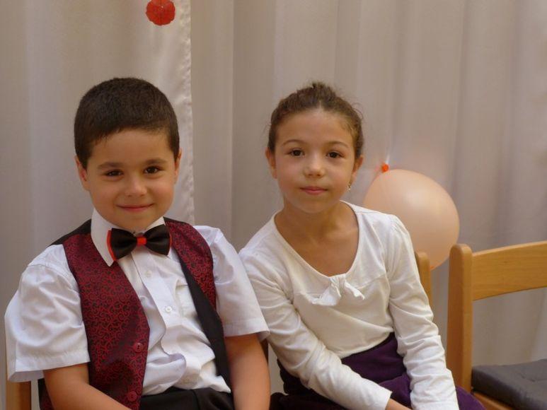 Kinder in Festbekleidung