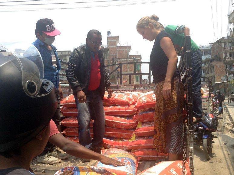 Einkauf von Reissäcken in Kathmandu