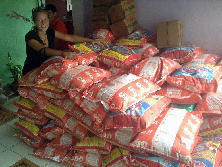 Germaid Ponge vor einem Stapel Reissäcken