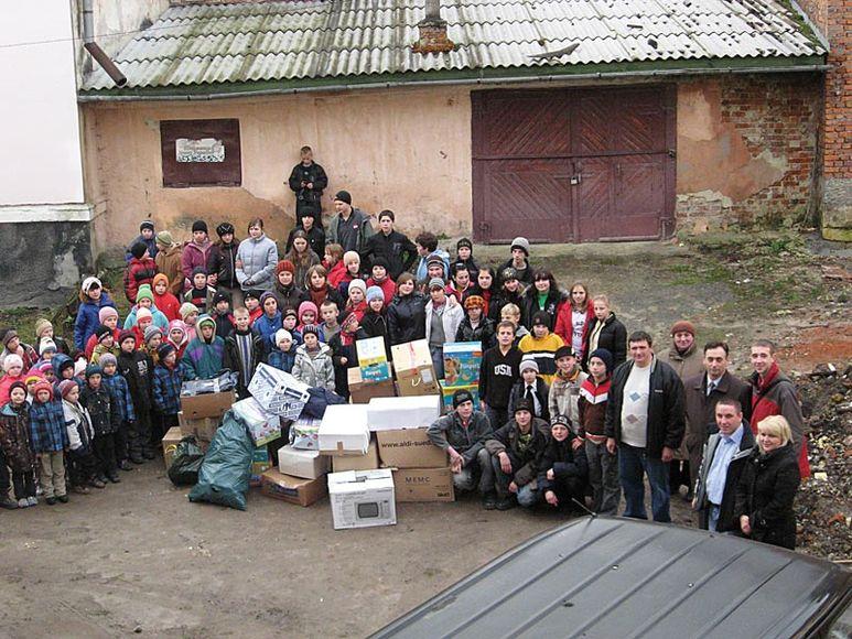 Kinderheim beim Empfang von Hilfsüterpaketen