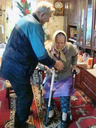 Gehhilfe für eine alte Frau