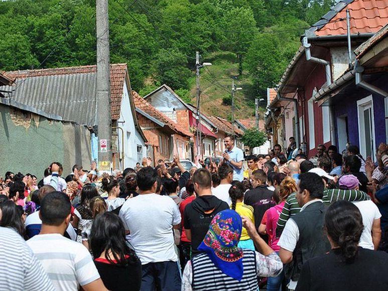 Eugen Cismăneanțu spricht zu den Bewohnern des Stadviertels Bocșa-Magura