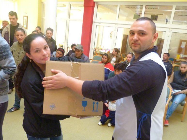 Frau erhält ein Hilfspaket