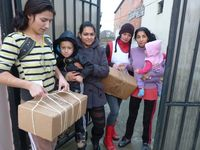 Mütter und Kinder erhalten Hilfspakete