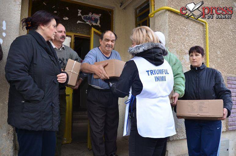 Übergabe von Hilfspaketen an Bürger von Bocsa